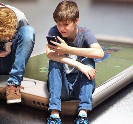 ¿Deberían los niños tener privacidad en línea y no ser rastreados por sus padres?