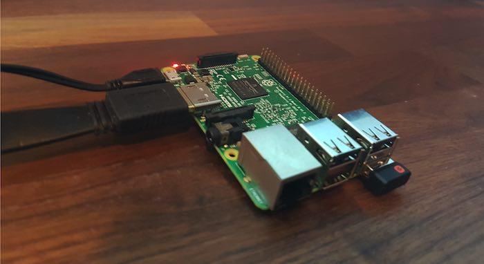 Conecte la Raspberry Pi a una fuente de alimentación y debería encenderse automáticamente.