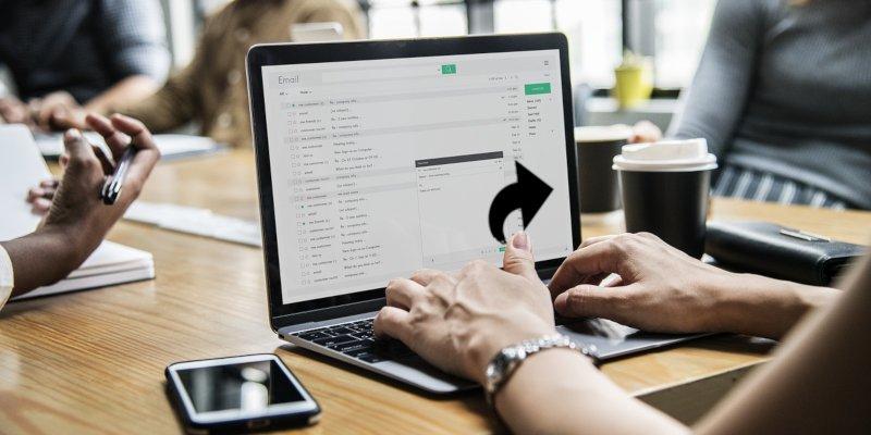 Cómo reenviar varios correos electrónicos a la vez en Gmail con Chrome